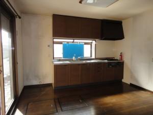 改装前の汚れたキッチン