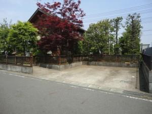 木製フェンスがある工事前の駐車場