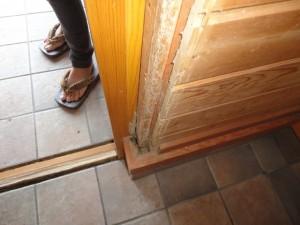 ドア枠を剥いで薬剤を注入