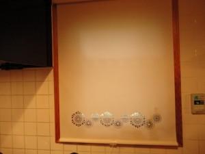 柄の入ったキッチンのロールスクリーン
