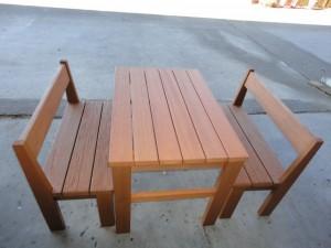 きれいに塗装し直したテーブルとベンチ