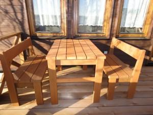 デッキに置いたテーブルとベンチ