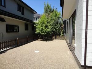 砂利敷の終わった庭
