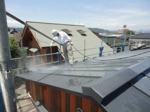 屋根を洗浄中