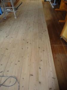 サンダー掛けをした杉材フローリングの床