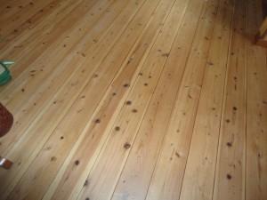 サンダー掛けした杉材フローリングに塗装
