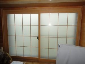 ガラスの内側に中桟を付けた障子タイプの内窓