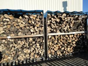 乾燥中の薪
