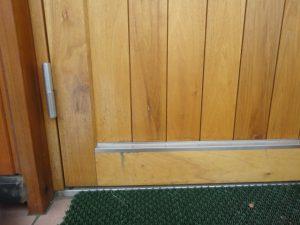 汚れた玄関ドア