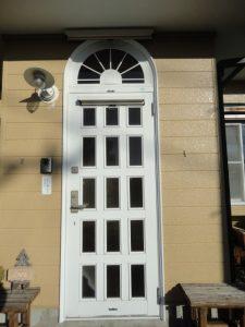 西日が当たる飾り窓とドア