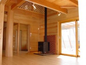 薪ストーブと桧の大黒丸太柱の家