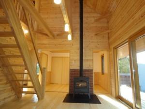 薪ストーブに桧丸太の大黒柱