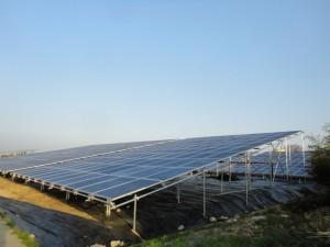壊れる前の単管の上にある太陽光発電施設