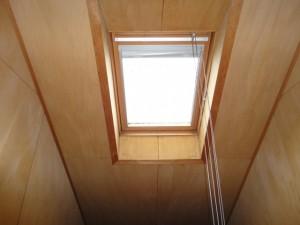 窓、ブラインドをコードで開閉するタイプの天窓