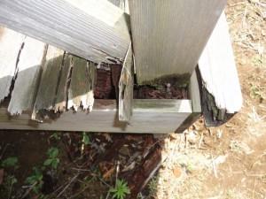 パーゴラの柱の下が腐っていた