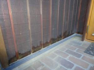 下端を切り落とし塗装した外壁