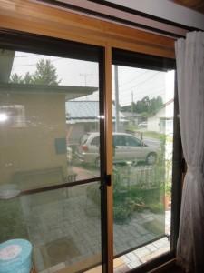 室内にシングルガラスの内窓外には遮熱ブラインド
