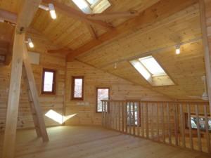 二回子供室と吹き抜けの木製サッシ