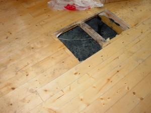 床板の一部を切り取り注水しました
