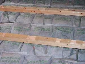 袋の床下調湿炭敷く