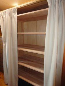 洋服収納に棚板を取付