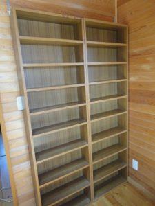 壁に金具で固定した本棚