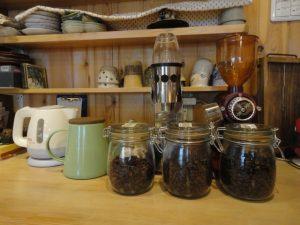 コーヒー豆とミルにチャフノン
