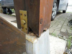腐蝕している柱
