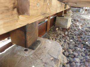 基礎と柱の間に防振ゴム基礎パッキンを入れる