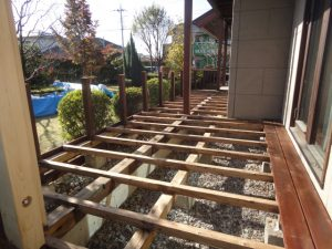 根太棒などに防蟻剤を塗布し床材を張り始めています