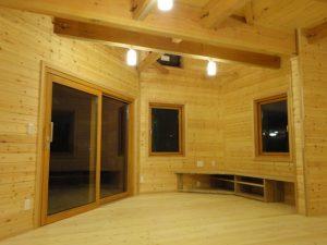 木製サッシを取り付けた家