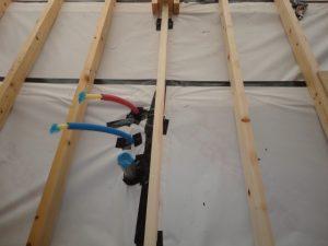透湿シートを張り給排水管などに気密テープピング処理をする