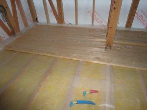 厚さ35ミリの床を張り始めています