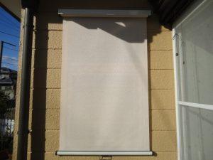 玄関ホールわきの窓にはファインシェードを取り付ける