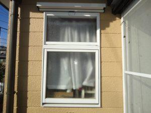 陽射しが一日中入る玄関ホール脇の窓