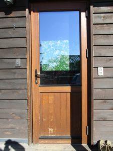 しまりが悪くなった木製サッシのドア