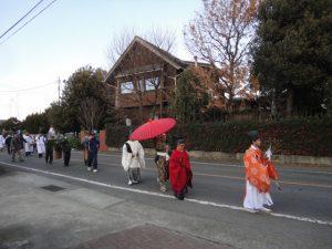 集会所からおよそ1キロ神主さんを先頭に神明社まで歩きます