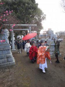 神主さんを先頭に神社に入ってきました