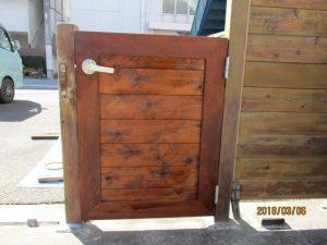 ハンドルを付けた新しい門扉